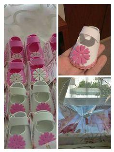 Zapatitos en goma eva con flor diseñada en Scrapbook. Con tarjetas personalizadas y lindo y sencillo canasto acorde al diseño.