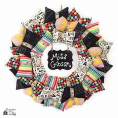 Today I have a fun new pillow wreath to share with you! This back-to-school pillow wreath is perfect for the month of September and also makes a great teacher wreath. School Wreaths, Teacher Wreaths, Diy Paper Purses, Banner Crafting, Mini Chalkboards, Back To School Crafts, Slider Cards, Sewing School, Diy School Supplies