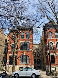 Modern red brick apartment building in the Lincoln Park neighborhood of Chicago with rounded bay windows Apartment Sites, Chicago Apartment, Building Exterior, Brick Building, Brownstone Homes, Round Building, Building Drawing, Chicago Neighborhoods, Brick Architecture