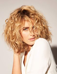 Les plus belles tendances coiffure : comment se coiffer quand on a les cheveux b… The most beautiful hairdressing trends: how to dress when you have curly hair, a good idea of ​​a bob cut – hair hair Thin Curly Hair, Wavy Hair, Short Hair Cuts, Straight Hair, Curly Medium Length Hair, Medium Curly Bob, Long Curly Bob, Ombre Hair, Blonde Hair