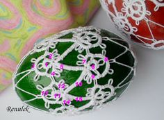 Renulek's 2013 easter egg, she includes the stitch counts here Crochet Ornaments, Beaded Christmas Ornaments, Christmas Balls, Christmas Decorations, Xmas Crafts, Easter Crafts, Crafts To Make, Needle Tatting Patterns, Easter Crochet
