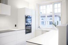 Valkoinen Töölö-keittiö mustilla yksityiskohdilla.  #töölö #keittiö #helno #helnodesign #kitchen #keittiöremontti #asmonoronen #sisustus #finland #interiordesign #kök #helsinki Decor, Cabinet, Kitchen, Kitchen Island, Home Decor, Kitchen Cabinets