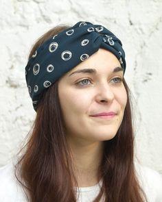 Les headbands habillent nos cheveux et apportent une touche d'originalité à nos coiffures dans un style bohème très tendance. Idéal à réaliser dans les chutes de votre robes ou votre blouse e…