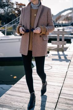 Jess Ann Kirby layers a fisherman sweater and turtleneck with a blazer and black pants. Source by jessannkirby Fall Fashion 2020 Winter Layering Outfits, Sweater Layering, Fall Layered Outfits, Winter Style, Layering Clothes, Spring Style, Blazer Outfits Fall, Sweater Outfits, Fall Blazer