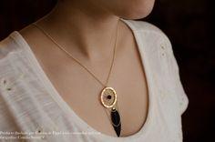 Collar de atrapa sueños tejido a mano con plumas negras en Corona de Papel Accesorios