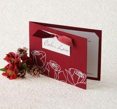 Partecipazione in elegante cartoncino rosso bordeaux, effetto velluto, con decorazioni floreali in bianco. Interno in cartoncino bianco.