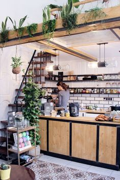 The Greens: Besonderer Coffee Spot im Urban Jungle Wooden counter in The Greens special cafe Cafe Shop Design, Coffee Shop Interior Design, Small Cafe Design, Small Restaurant Design, Small Coffee Shop, Coffee Shops, Coffee Coffee, Coffee Beans, Japanese Coffee Shop