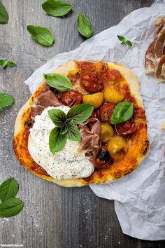Pizza mit Burrata, Kirschtomaten & Parmaschinken #pizza #burrata| malteskitchen.de