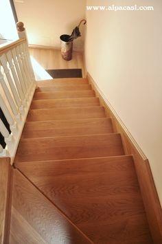 Escalera revestida en madera de Roble teñido, con zanquín a cartabón y barandilla torneada lacada. http://www.alpacasl.com/