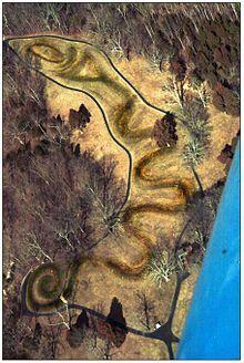 /e/e9/Serpent_Mound_(aerial_view).jpg/220px-Serpent_Mound_(aerial_view).jpg