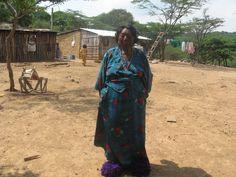 Entre las mujeres de la etnia wayúu en la península de La Guajira (COLOMBIA), es una tradición cubrir el rostro con el propósito de protegerlo de los rayos del sol con maquillajes obtenidos mediante la mezcla de pigmentos naturales y aceites vegetales del medio. Es un procedimiento de múltiples lecturas desde la cosmogonía wayúu. Esta fotografía la tome en una salida que hice con algunos de mis estudiantes para investigar sobre el fantástico tema del maquillaje facial wayúu. Kimono Top, Women, Sun, Face Makeup, Cover, Students, Vegetable Recipes, Woman