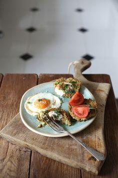 Skład: ok. 500 g obranych ziemniaków 1 szczypiorek z cebulką 1 jajko 2-3 ząbki czosnku szczypta gałki muszkatołowej ok. 100 g tartego parmezanu (może być ser feta lub inny żółty ser) garść świeżego szpinaku (pokrojony) garść zielonej pietruszki (pokrojona) sól morska i świeżo zmielony pieprz   A oto jak to zrobić: 1.Ugotowane ziemniaki ugniatamy na puree. Dodajemy posiekany szczypiorek wraz z cebulką, pokrojony szpinak, wyciśnięty czosnek, tarty parmezan, gałkę muszkatołową, pietruszkę i…