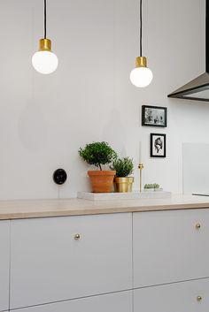 Scandinavian Kitchen Design Ideas To Try In Your House Ikea Kitchen, Kitchen Interior, Kitchen Decor, Kitchen Cabinets, Kitchen Grey, Brass Kitchen, Interior Modern, Kitchen Styling, Kitchen Ideas