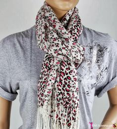 40 Cool Street Styles & Fashion Trends For Women and Girls Ways To Wear A Scarf, How To Wear Scarves, Girls Designer Dresses, Girls Dresses, Spring Street Style, Street Style Women, Womens Clothing Stores, Clothes For Women, Cool Street Fashion