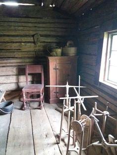 Lempäälän museoraitti 1830 luvun savupirtti sisältä.