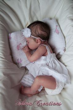 Reborn by SilviaCreations.very hard to believe she's a doll and not a real baby! Just incredible ! Silicone Reborn Babies, Silicone Baby Dolls, Reborn Baby Dolls, Life Like Baby Dolls, Life Like Babies, Lifelike Dolls, Realistic Dolls, Baby Born, Doll Museum