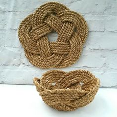 Updates from TheLazarette on Etsy I have just finished a matching manila turks head knot table set this afternoon. The mat can be used as a trivet, pan stand or table mat, and the basket is perfect as a fruit bowl or bread basket. Rope Knots, Macrame Knots, Macrame Jewelry, Rustic Flower Girls, Nautical Knots, Jute Crafts, Manila, Macrame Projects, Beach Crafts
