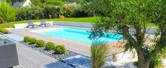 La piscine paysagée par l'esprit piscine - Piscine 9,5 x 4 m. Revêtement blanc, Escalier droit sur la largeur, Margelles et plage en ipé.