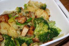 Brambory oloupeme, nakrájíme na tenká kolečka a dáme na 5 minut předvařit do osolené vody. Mraženou brokolici vložíme do vroucí osolené vody a 5... Broccoli, Paleo, Food And Drink, Chicken, Vegetables, Cooking, Recipes, Nova, Decor