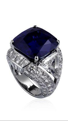 Sortija  Bleu-Bleuet de platino con un Zafiro cojin de Cachemira de 29,06 Qtes. y dos diamantes talla triangulo de 2,43, y de 2,17 Qtes. y diamantes calibrados  de talla Bte. de Cartier.