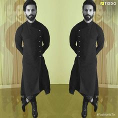 Black and Bold! Shahid Kapoor took the Black lady home for his performance in Udta Punjab, dressed as the perfe ct match for it. Mens Indian Wear, Indian Groom Wear, Indian Men Fashion, Mens Fashion Wear, Men's Fashion, Kurta Men, Boys Kurta, Wedding Dress Men, Wedding Suits