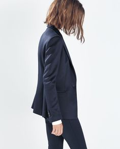 A navy blue blazer is a versatile item that can pair numerous items already in your closet. This is why everyone should invest in a high-quality navy blue blazer. Fashion Mode, Look Fashion, Fashion Outfits, Blazers For Women, Suits For Women, Clothes For Women, Mode Style, Style Me, Look Dark