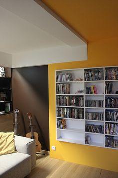 Salon télé, salon musique, salon bibliothèque, plafond jaune, mur jaune, mur marron,  bibliothèque sur mesure blanche, Ronan Cooreman, Architecte d'intérieur Lille