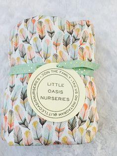 Draps de lit Oasis peu donnent un style classique de la pépinière. Notre tissu plume boisé est personnalisé imprimé, fournissant des modèles de literie unique !