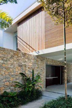 bardage claire voie vertical et horizontal en bois et mur en pierre naturelle