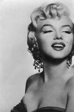 Marilyn Monroe'yu beğenmeyen bir kadın veya bir erkek yoktur! O tüm kadınların güzellik idolü sayılır... Onun dönemine denk gelemesekde, hepimiz onun hakkında az çok bilgiye sahibiz... O güzellik, çekicilik, masumluk sıfatlarının karşılığı gibi...