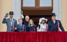 Un año más los reyes Harald y Sonia, junto al príncipe Haakon, su esposa Mette-Marit y sus hijos, han celebrado con su pueblo el Día Nacional de Noruega.