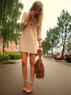 Effortless chic outfit. Love the neutrals and fringe bag.