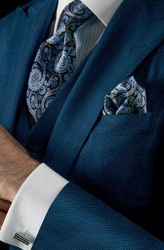 Krawatte und Pochette mit blauem Paisleymuster kombiniert mit elegantem dunkelblauen Fischgrätdreiteiler - edel!