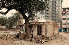 Batur, 75 ans devant sa maison promise à la démolition. Les maisons avoisinantes sont tombées 10 jours plus tôt, la sienne faute d'agrément a été temporairement épargnée. Il l'a bâtie il y a trente ans et ne sera pas indemnisé. Il n'a pas de hukou local et la surface (35 mètres carrés) le rend inéligible pour un relogement. Il attend dans la crainte de se retrouver à la rue.