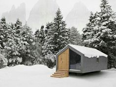 We already got Modern Tiny House on Small Budget and will make you swon. This Collections of Modern Tiny House Design is designed for Maximum impact. Modern Tiny House, Tiny House Design, Cabins And Cottages, Cabins In The Woods, Little Houses, Tiny Houses, Exterior Design, Roof Design, Interior Architecture
