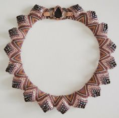 Collar Sculptural Peyote with free PDF in English and German. These are done with flat even-count peyote. Just follow the graph & add different sized beads. #Seed #Bead #Tutorials