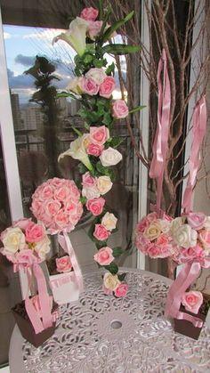 *Podem ser vendidos separadamente, quando fizer seu pedido por gentileza informar o que gostaria + cores, e atualizo alteração de valores*  Este kit caso queira adiquiri-lo, contém o seguinte abaixo: -1 Haste de flores com rosas sortidas em e.v.a. R$ 45,99 mede: 1 metro de altura /  acima de 3 unidades R$ 35,99 -1 Topiara de rosas contém 32 rosas grandes, cor rosa-bebê tamanho G R$ 47,99 cada mede: vaso 11x11 alt. 38 cm. -2 Topiaras de rosas contém 12 rosas grandes sortidas tamanho M R$… Flores Diy, Arte Floral, Backdrops, Floral Wreath, Baby Shower, Wreaths, Table Decorations, Wedding, Home Decor