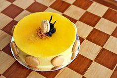 Welcome to Talita's Kitchen: A Mango Cake A hidden hibiscus and berry compote give this cake an extra tart finish. French Desserts, No Bake Desserts, Just Desserts, Cold Desserts, Gourmet Desserts, Mango Mousse Cake, Mango Cake, Opera Cake, Cake Recipes