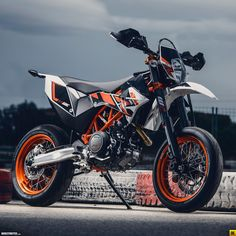 Ktm 690 Smc R Photos and Wallpapers BikersNews Ktm Supermoto, Ktm 690 Enduro, Triumph Motorcycles, Cool Motorcycles, Ducati, Bobbers, Ktm 690 Smc, E Quad, Kart