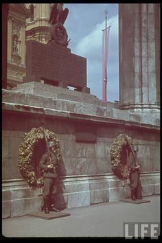 Ehrenwache an der Feldherrnhalle 1942