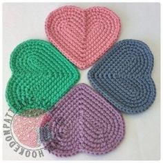 [Free Pattern] Cute Simple Heart Shaped Coasters - Knit And Crochet Daily Appliques Au Crochet, Crochet Motifs, Crochet Flower Patterns, Crochet Flowers, Crochet Stitches, Free Crochet, Knit Crochet, Knitting Patterns, Crochet Crafts