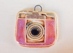 Handmade porcelain pendant boho-chic camera pink and por Majoyoal