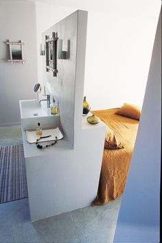 une-salle-de-bains-dans-la-chambre-chiara-stella-home. Small Apartments, Small Spaces, Design Room, Interior Design, Deco Design, Surf Decor, Suites, Bathroom Layout, Home Bedroom