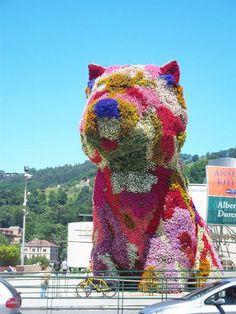 Jeff Koons (in front of Bilbao Guggenheim) Jeff Koons Art, Appropriation Art, Land Art, Michael Jackson And Bubbles, Flower Tower, Art Moderne, Art Institute Of Chicago, Art Plastique, Public Art