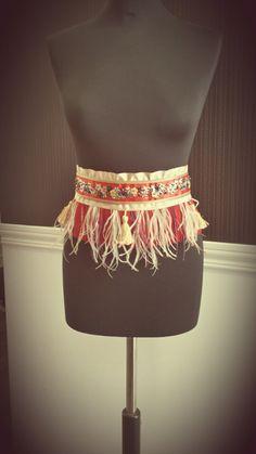 Cinturon flecos de plumas con borlas y pedrería rojo y dorado