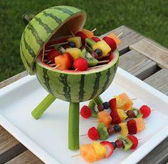 mini-churrasqueira feita de melancia como suporte para os palitos de frutas!