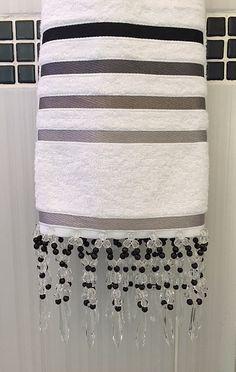 Hoje nós vamos mostrar mais alguns modelos de toalhas bordadas com pedraria.  Elas são um sucesso!  Já recebemos várias encomendas aqui no blog.  Não tem
