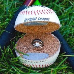 So cute <3 ⚾ wouldnt mind being proposed this way ;)