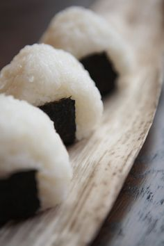 Japanese rice balls おにぎり These were the best snack ever. Japanese Lunch, Japanese Rice, Japanese Dishes, I Love Food, Good Food, Yummy Food, Onigirazu, Sushi, Rice Balls