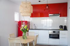 This red kitchen invites you to spend hours here, and cook your most delicious meals Delicious Meals, Yummy Food, Red Kitchen, Invites, Kitchen Cabinets, Ceiling Lights, Cooking, Home Decor, Restaining Kitchen Cabinets